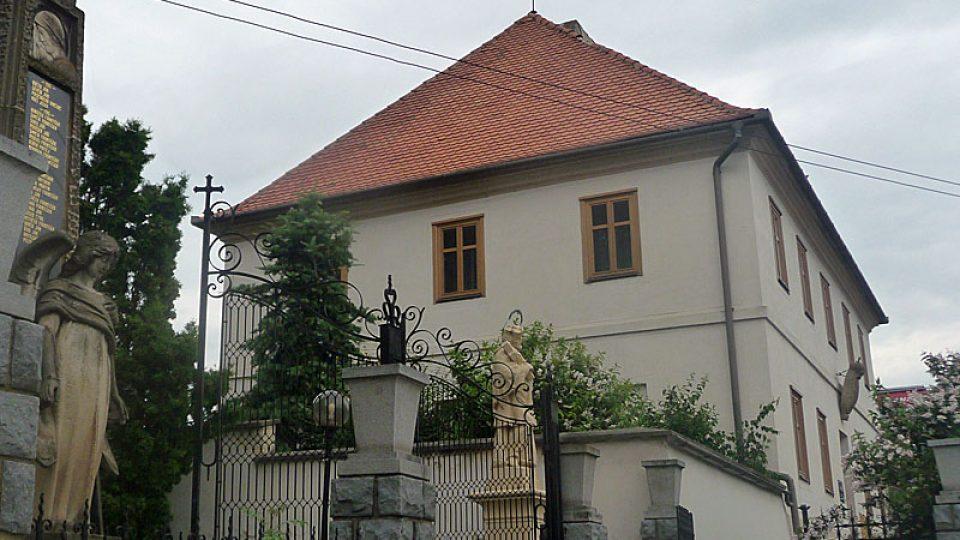 Fara v sousedství kostela