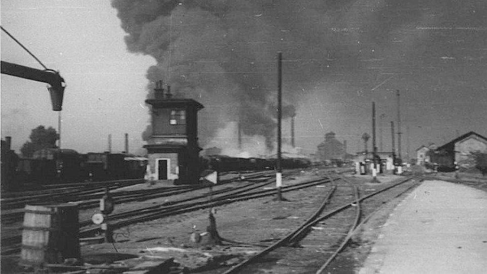 Nálet na Pardubice 24.8.1944  -nádraží a hořící rafinérie