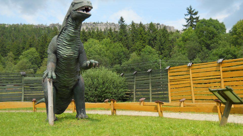 dinopark Karlów, v pozadí Stolové hory.jpg