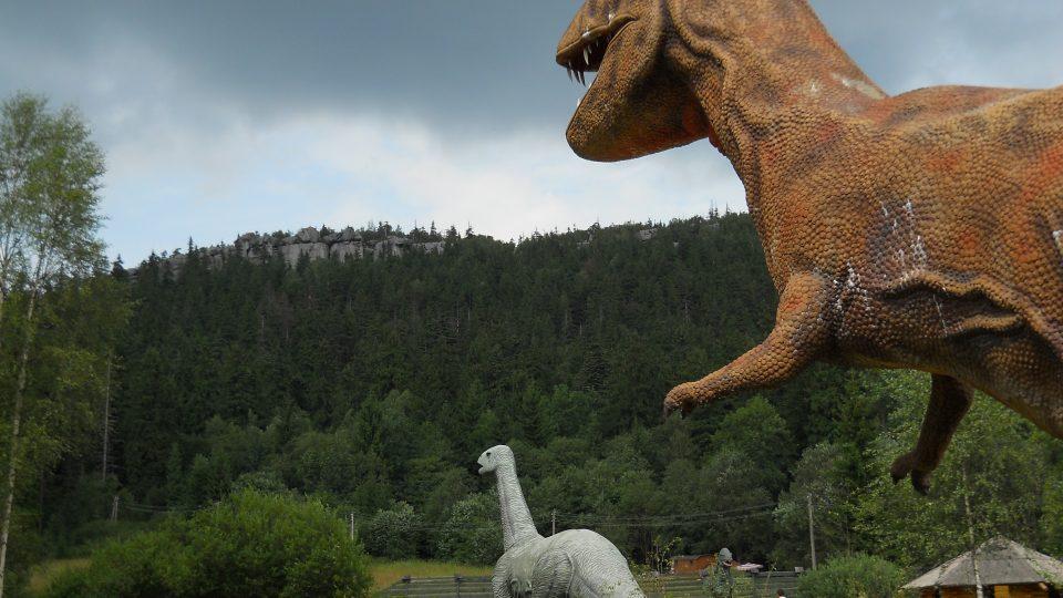 dinopark Karlów, v pozadí Stolové horyV.jpg