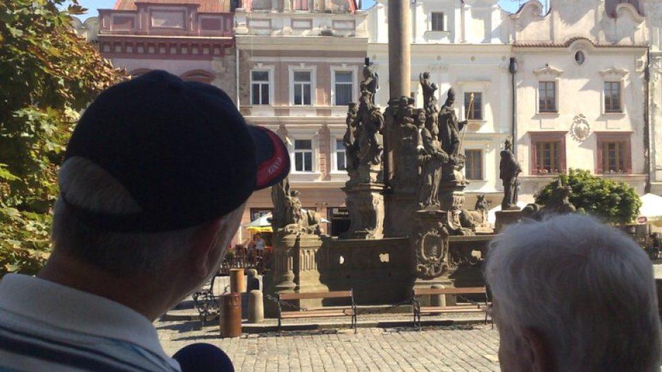 Vladimír Čech a František Šebek hledí na Mariánský sloup