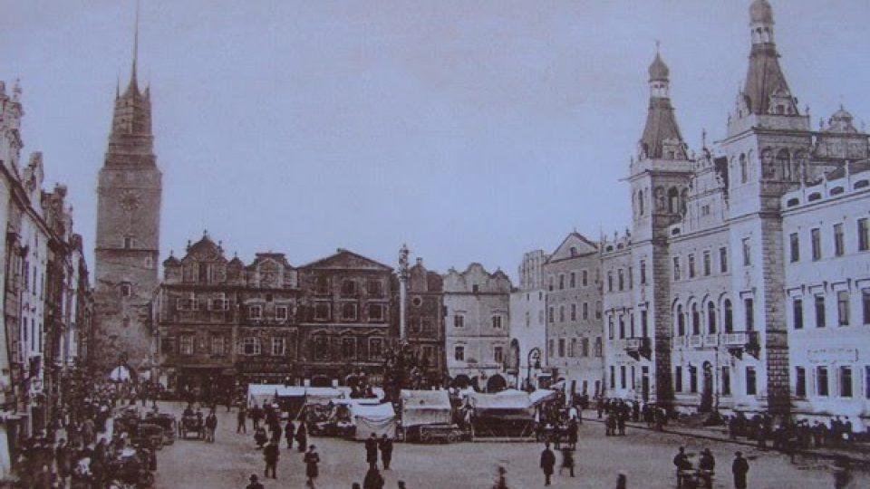 Pernštýnské náměstí s Mariánským sloupem v roce 1902