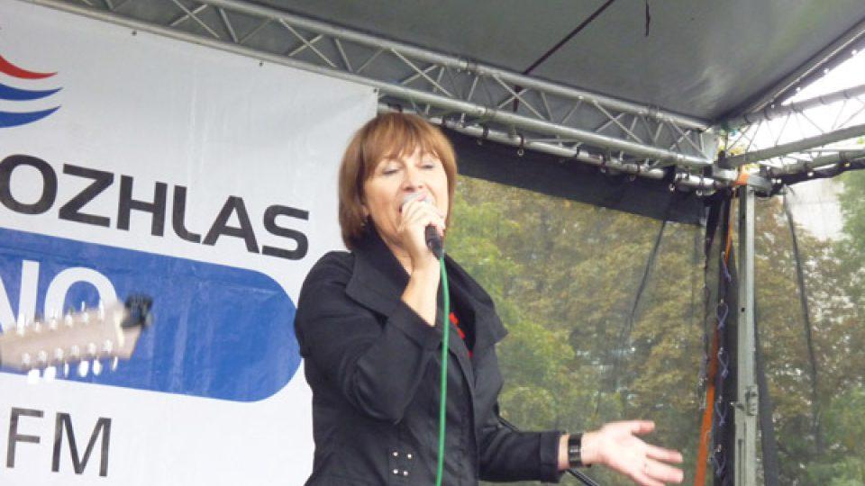 Stále mladistvě vyhlížející Petra Černocká zazpívala všechny své hity.