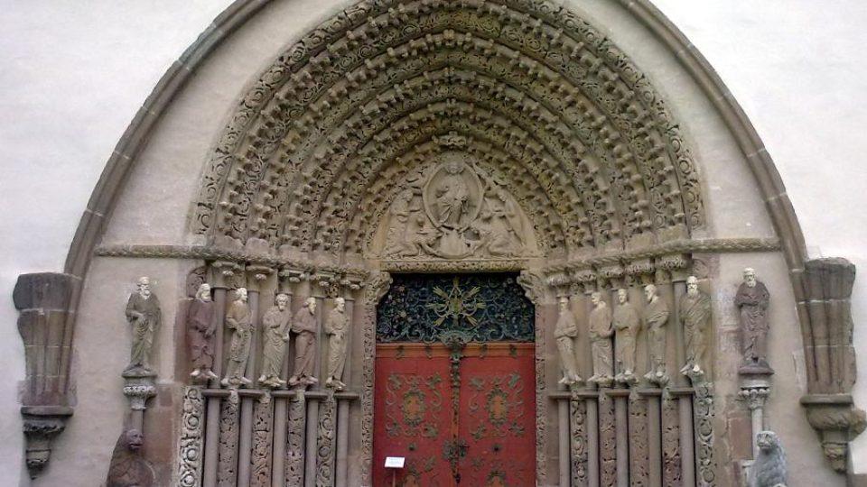 Gotický portál na západním průčelí kostela měl být původně mnohem střízlivější