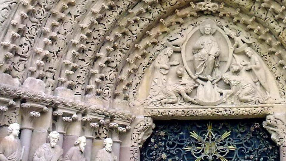 Detail gotického portálu díky kterému najdete klášterní kostel Nanebevzetí Panny Marie v každé knize o dějinách umění nebo architektury