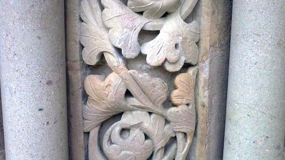 Kamenný rostlinný motiv zdobící gotický portál klášterního kostela