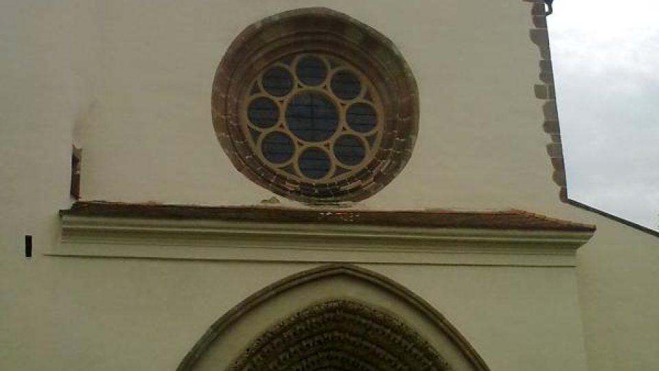 Západní průčelí kostela Nanebevzetí Panny Marie zdobí unikátní gotický portál