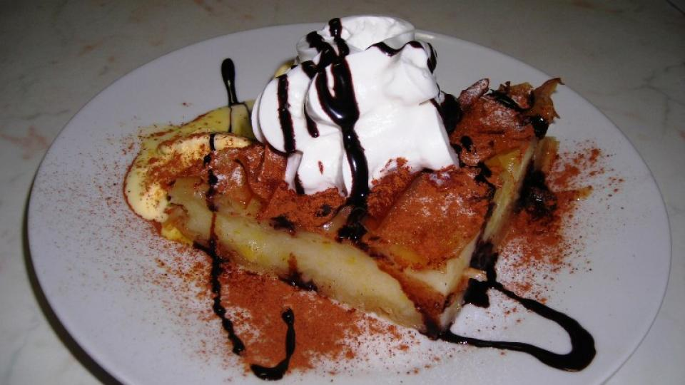 Řekové si potrpí na dobré dezerty. Na obrázku i s vanilkovou zmrzlinou, ozdobený šlehačkou