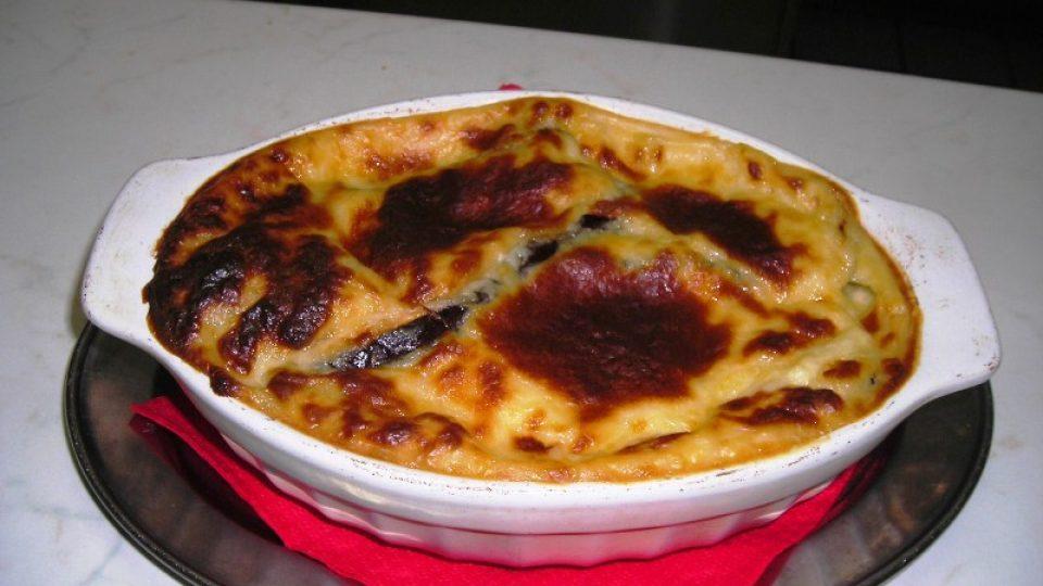 Tradiční řecká mousaka  v zapékací misce