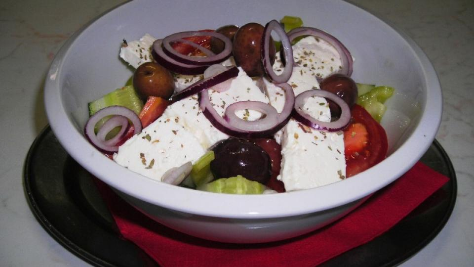 V řeckém salátu nesmí chybět červaná cibule, oregáno a feta sýr