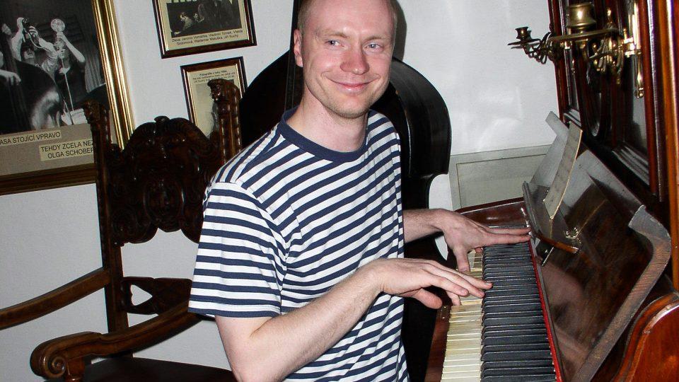 Jan Budař neodolal piánu, na které hrával Jiří Šlitr