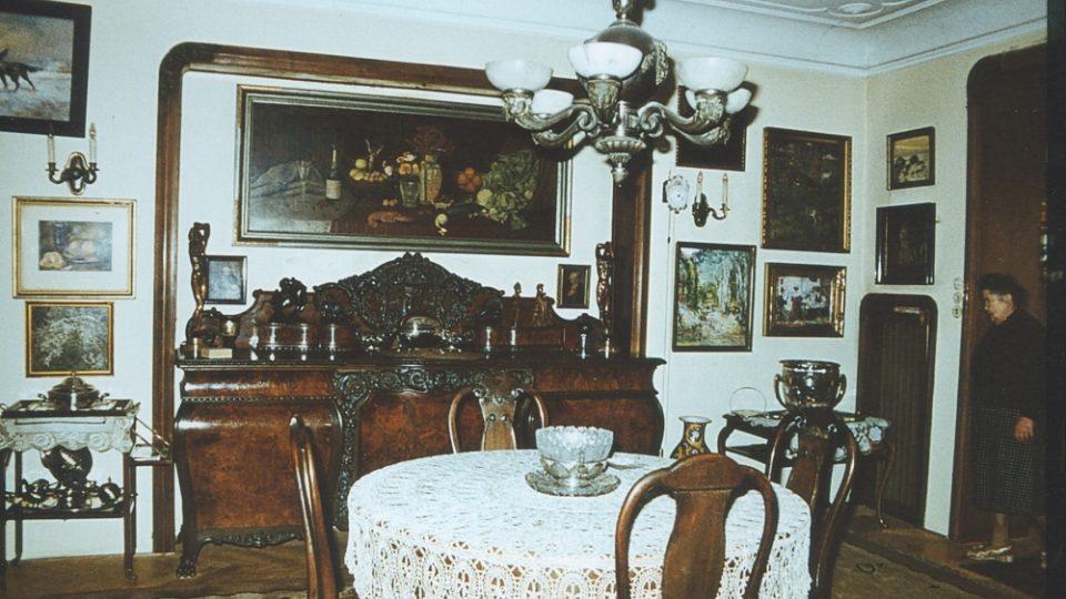10. Eliášova vila: jídelna v pozadí s paní Eliášovou