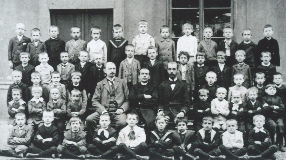 17. Školní fotografie (Alois Eliáš je nahoře třetí zprava)
