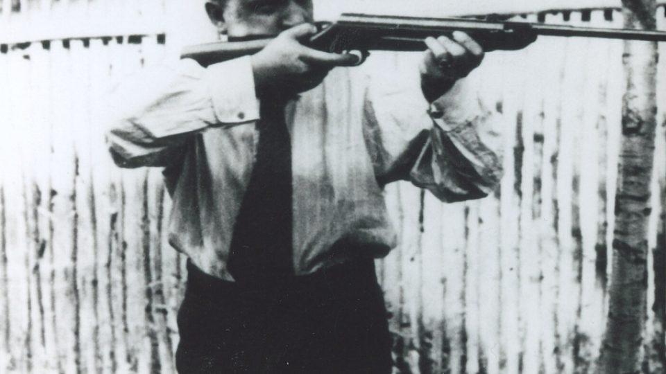 29. Gen. Eliáš s puškou