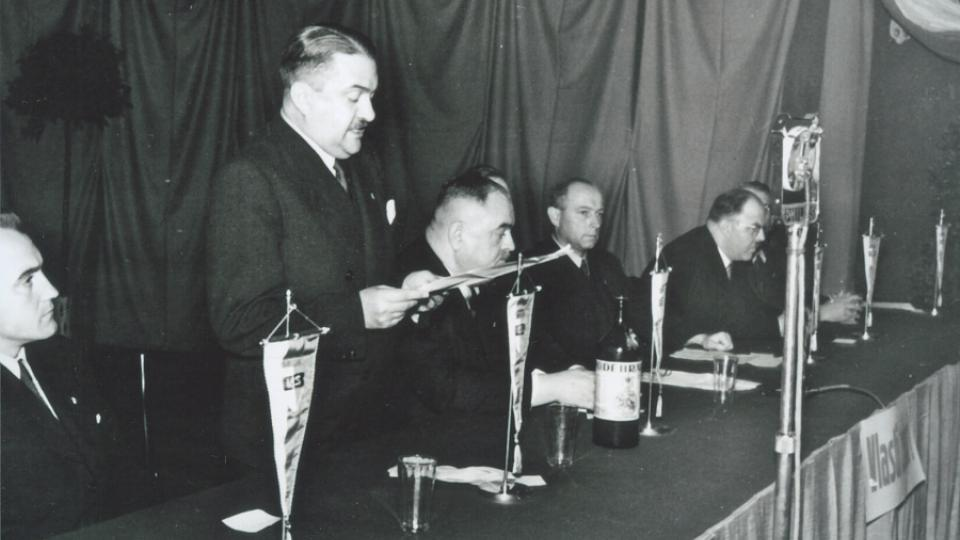 31. Alois Eliáš při čtení jednoho z projevů