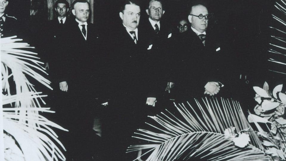 32. Na pohřbu neznámého vojína s primátorem Klapkou