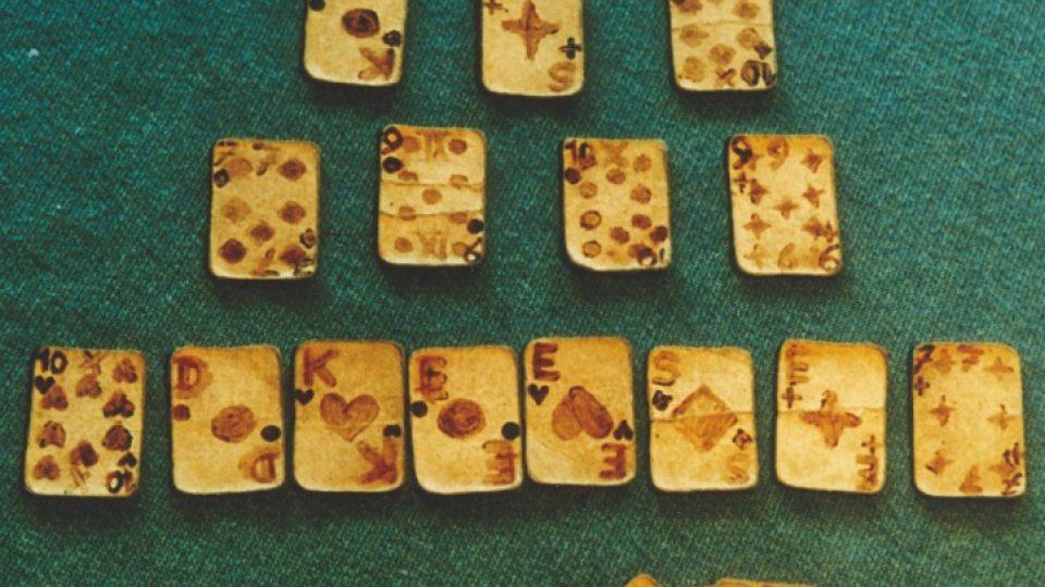 41. Karty kolorované Eliášovou krví, které vyrobil ve vězení