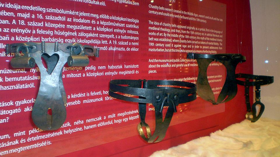 Kopie kopií pásů cudnosti na výstavě v Budapešti