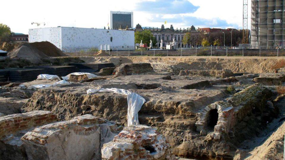 Archeologové nedaleko odkryli také základy kurfiřtského zámku z pozdního středověku