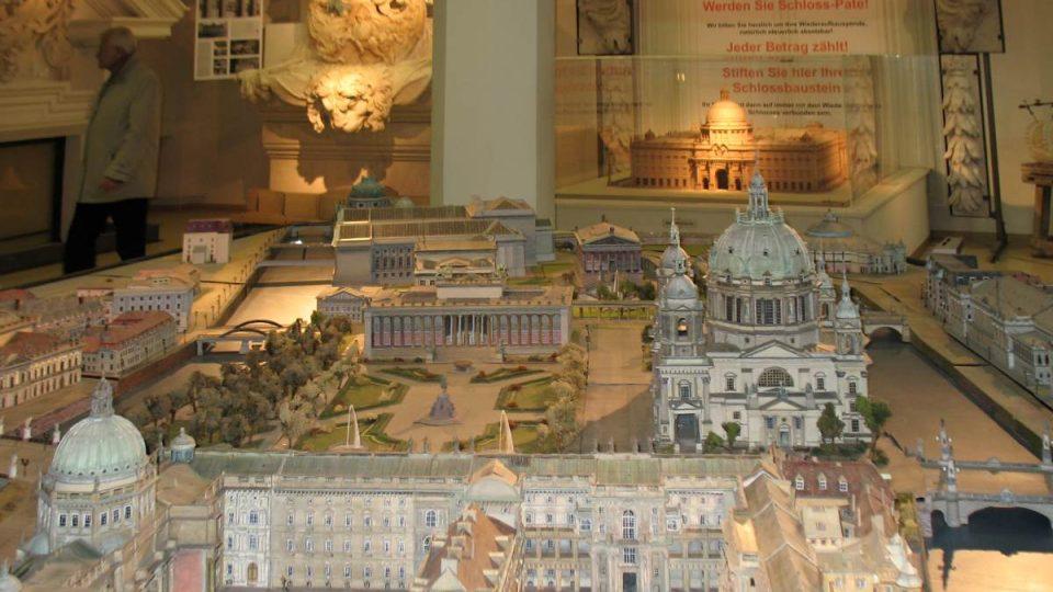 Návštěvníci infocentra si mohou prohlédnout model zámku a přispět na jeho obnovu finančním darem