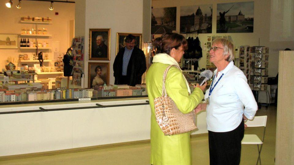 Klára Stejskalová v rozhovoru s paní Rückertovou, která obnovení berlínského zámku rozhodně podporuje