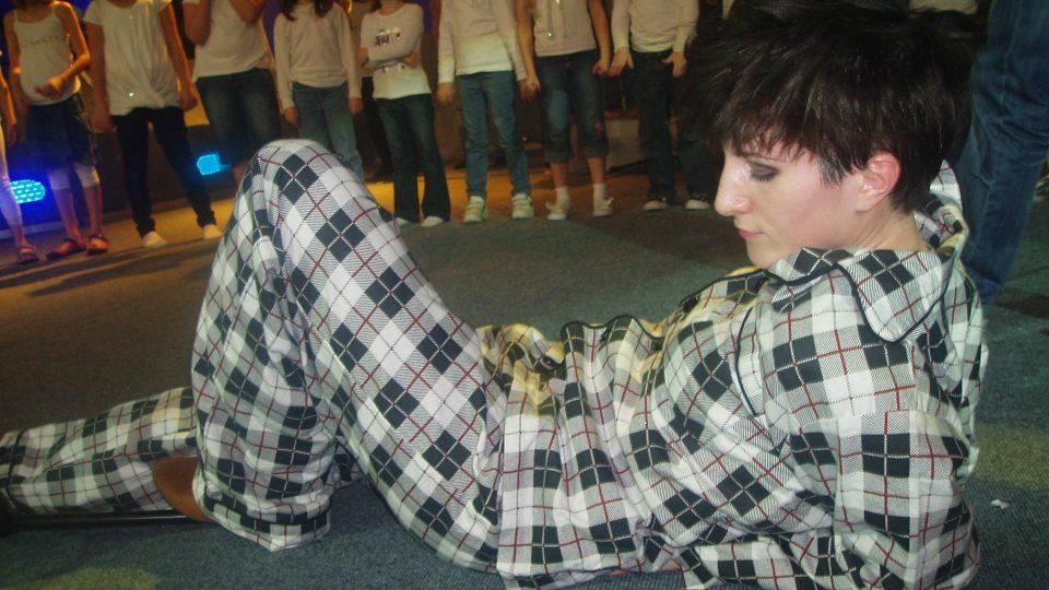 Zpěvačka Klára Vytisková v pyžamu při vítězné písničce Chrudoš
