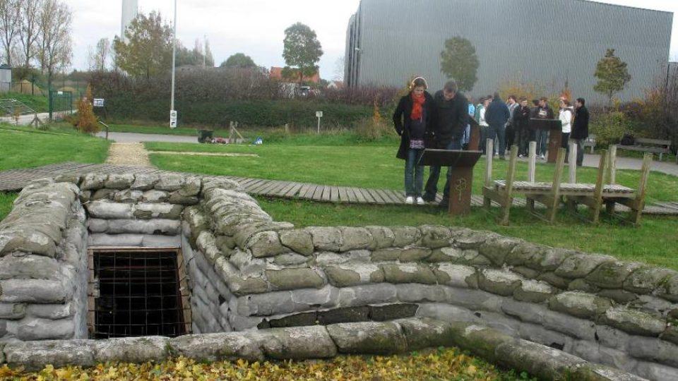 Zrekonstruované zákopy, v nichž v roce 1915 umírali spojenečtí vojáci zasažení poprvé bojovým plynem