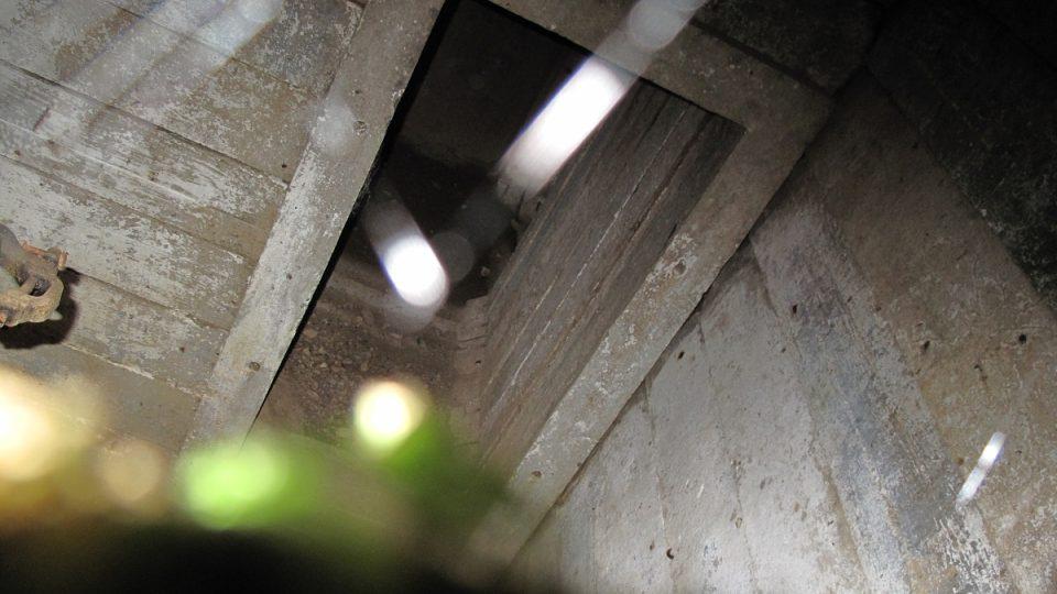 16. Uvnitř poškozeného bunkru