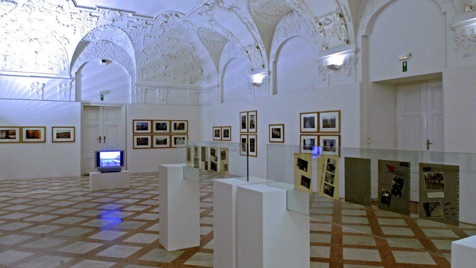 V původním klášterním refektáři se dochovala barokní štuková výzdoba