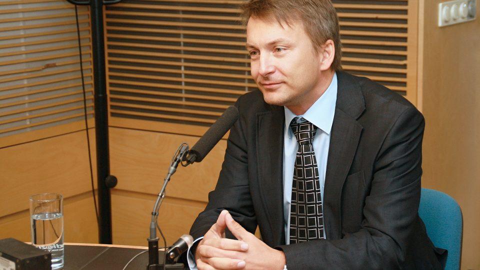 Plastický chirurg Karel Urban ve studiu během rozhovoru