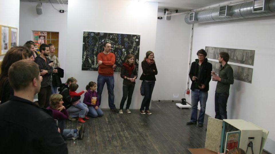 Dnes je tu galerie, kdysi ve stejné místnosti lidé čekali na příjezd vlaku