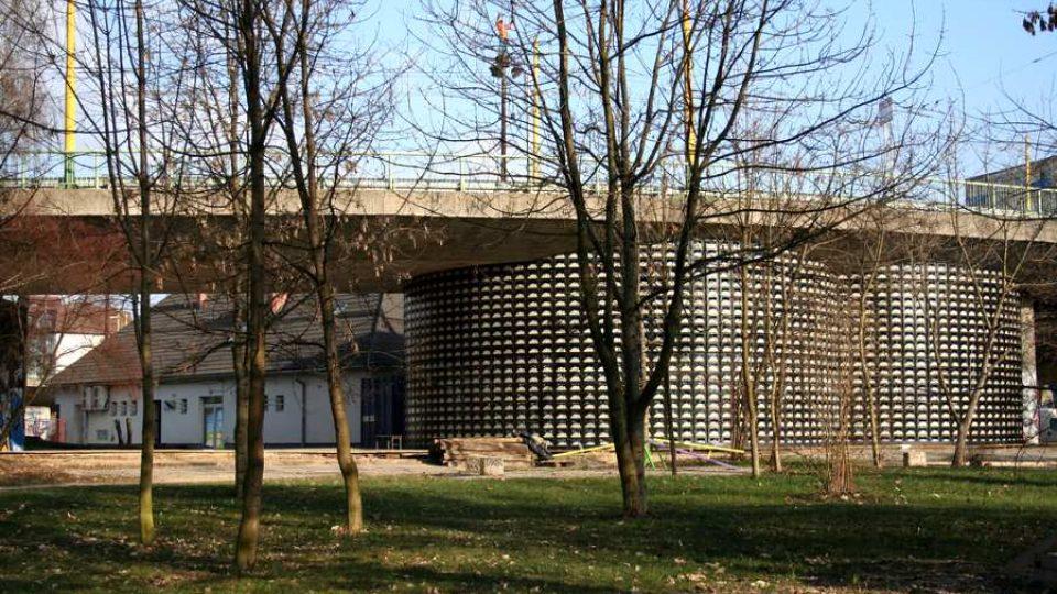 Sál S2 vyrostl hned vedle nádraží budovy, kde už 7 let funguje kulturní centrum Stanica