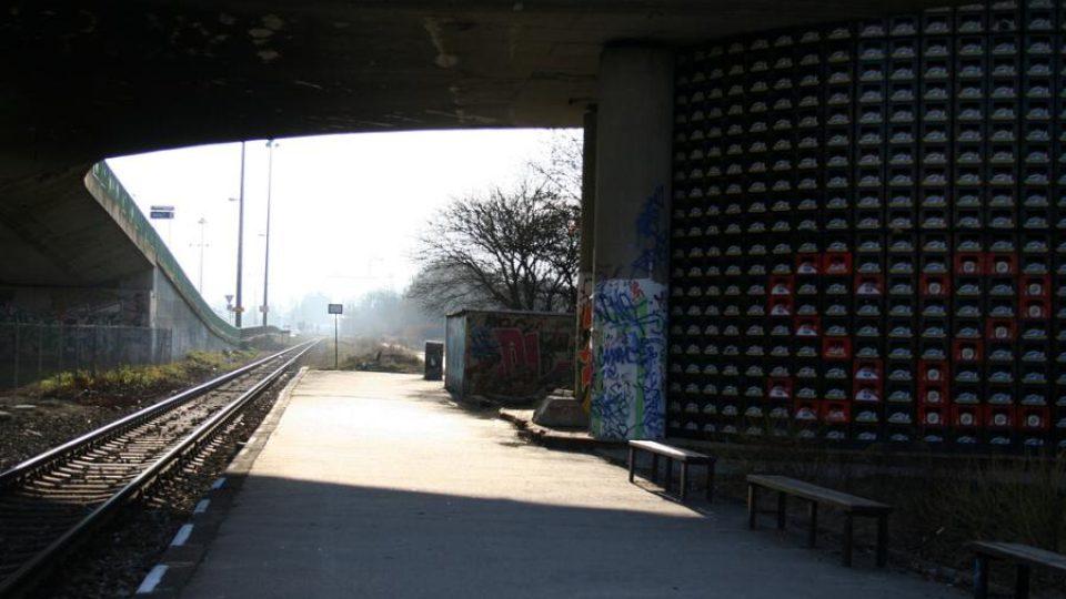 Nový víceúčelový sál nazvaný S2 vyrostl pod dálničním nadjezdem, hned vedle nástupiště