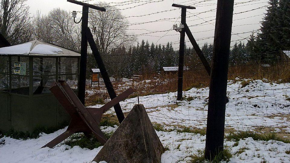 Ostnaté dráty v šumavské Bučině jako vzpomínka na železnou oponu