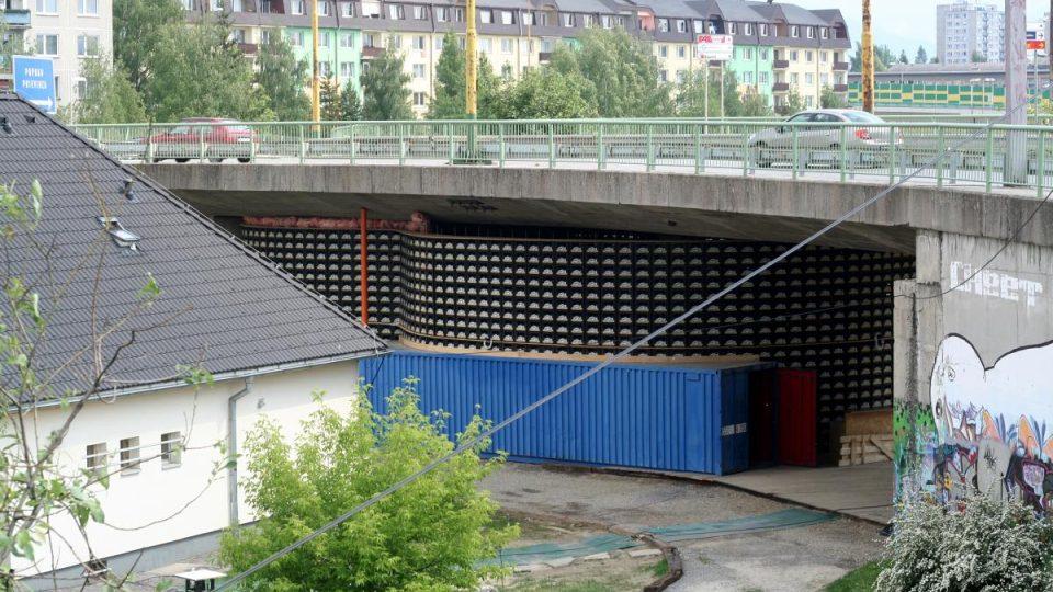 Stavba z bedýnek od piva nemá na Slovensku obdoby. A asi nejen na Slovensku