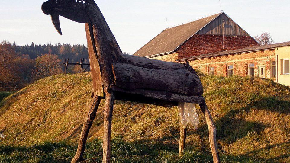 Dřevěná koza na Kozí farmě Nová Víska nenadává