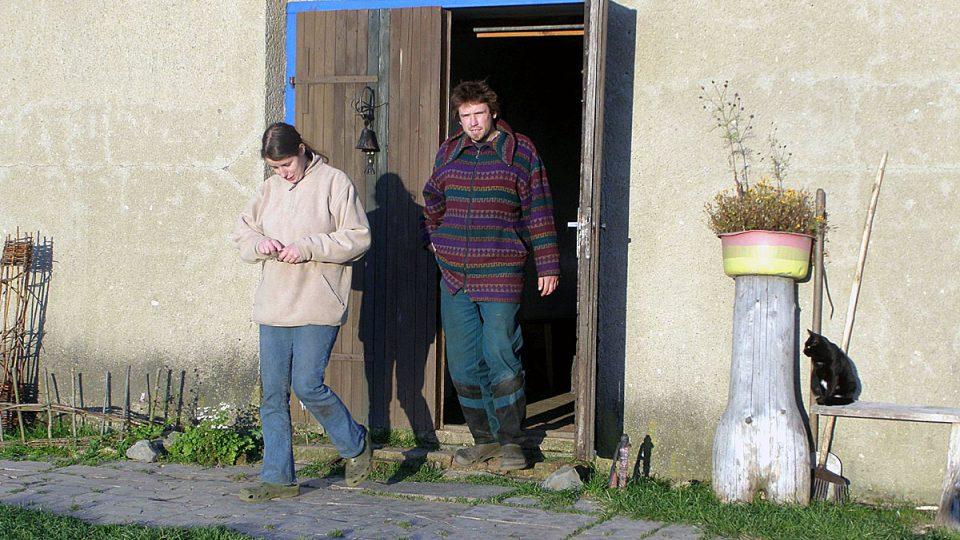 Eliška a Ondra Malinovi na své kozí farmě v Nové Vísce v regionu Českého Švýcarska