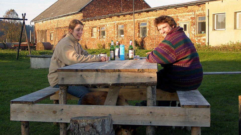 Eliška a Ondra Malinovi při odpoledním odpočinku na Kozí farmě Nová Víska v regionu Českého Švýcarska