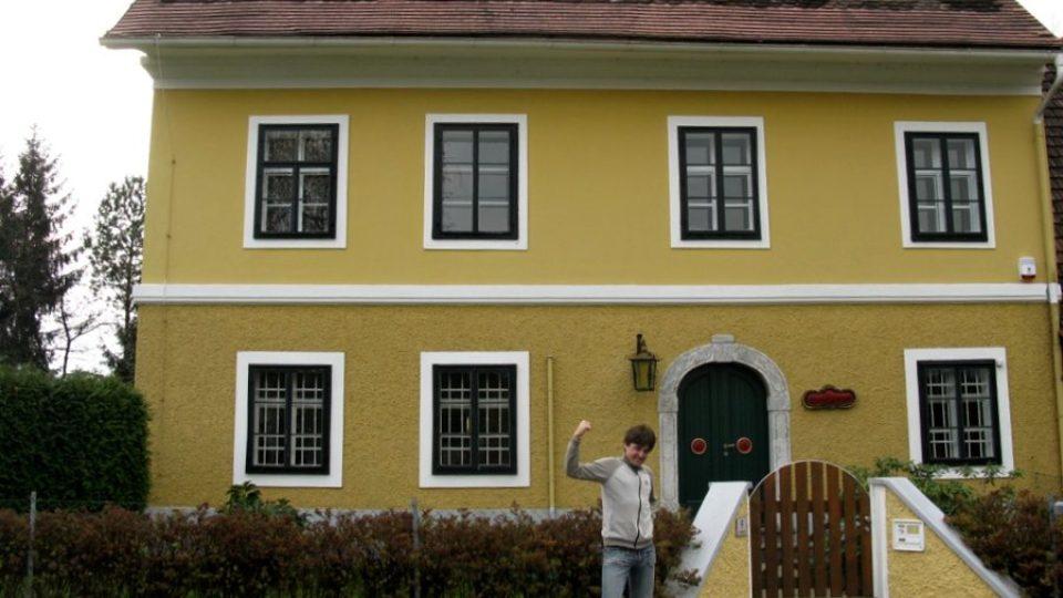 Vojtěch Berger před rodným domem Arnolda Schwarzeneggera v rakouském Thalu