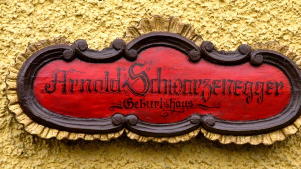 Vedle dveří Schwarzeneggerova rodného domu najdete samozřejmě cedulku s jeho jménem