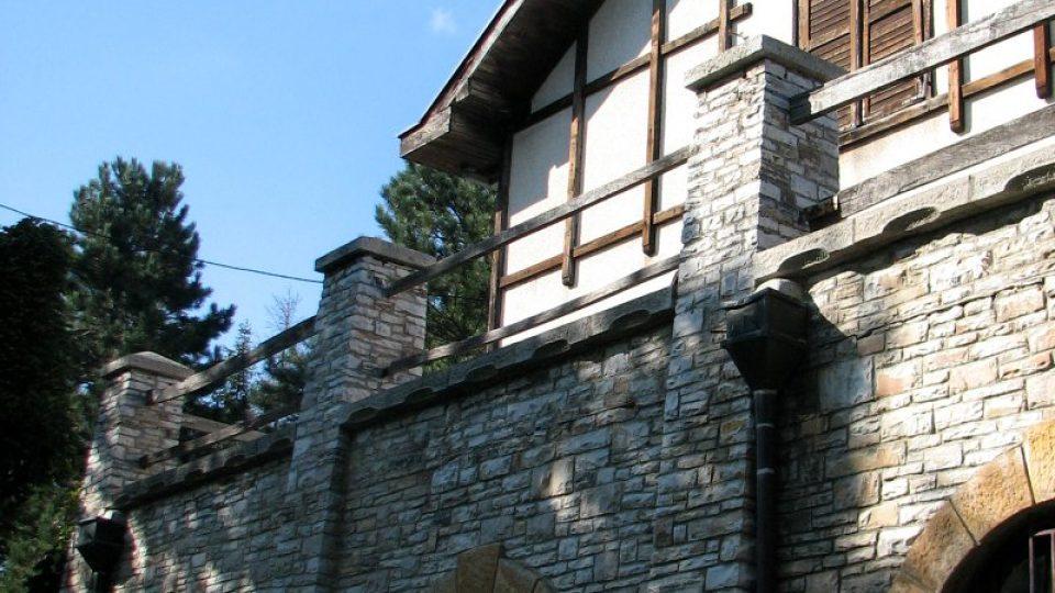 V domě je sklípek, ve kterém dříve zrála rakije. Teď v něm zrají plísňové a jiné kozí sýry