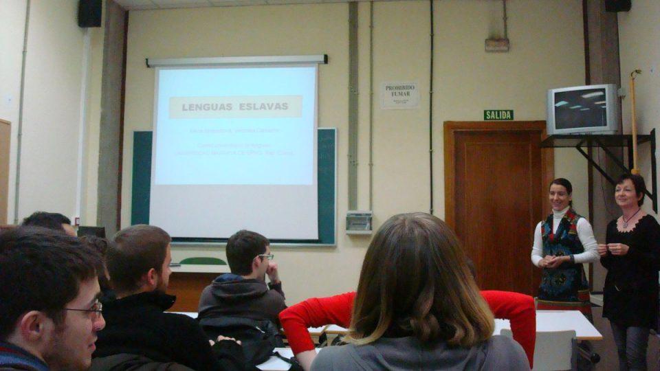 Alena Simbartlová a Veronika Camacho z brněnské Masarykovy univerzity přednášejí studentům na téma Slovanské jazyky – Lenguas eslavas
