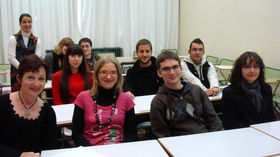 Mezi španělskými studenty je také Polka Ana – v červeném svetru. Čeština jí v porovnání s domácími studenty jde mnohem snáz. V první lavici sedí Fernando, kterému se čestina zalíbila v pražském metru