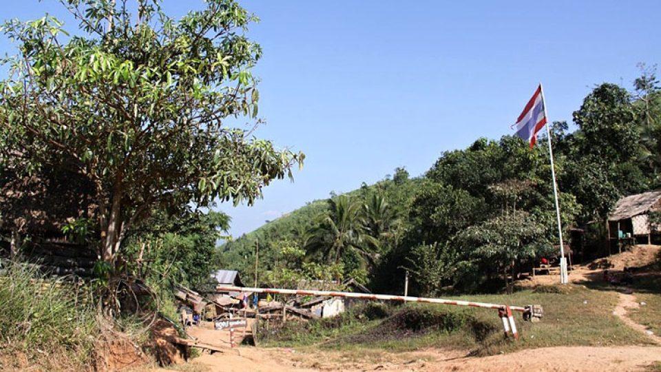 Barmští utečenci žijí i v Thajsku za plotem