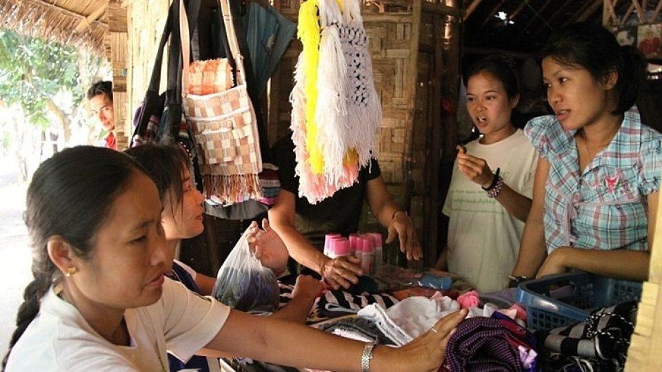 V thajském uprchlickém táboře Ban Don Yang můžeme najít i malé obchody