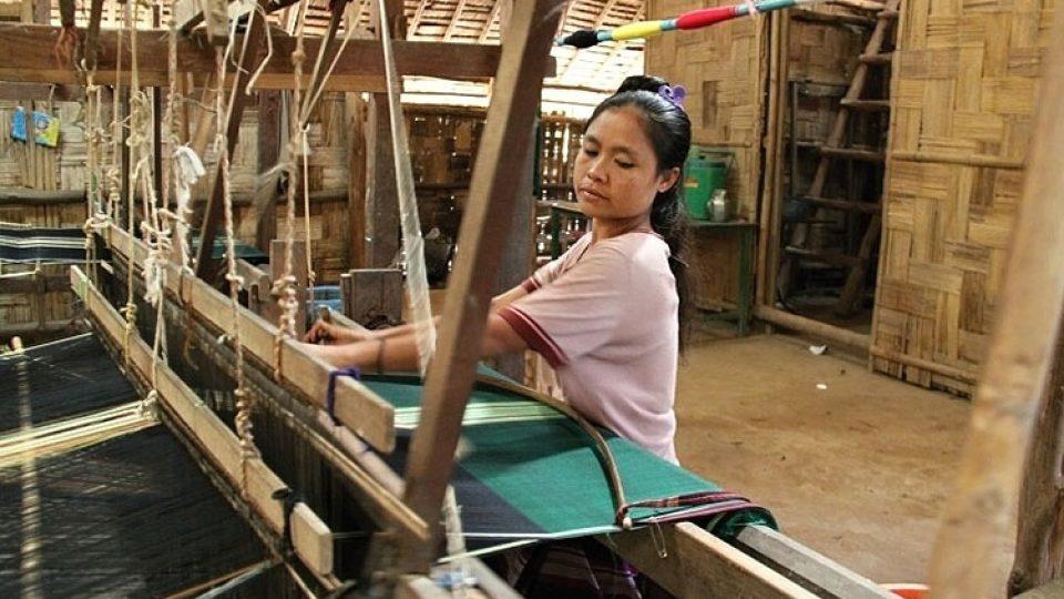 V Ban Don Yang mají uprchlíci k dispozici i tkalcovský stav