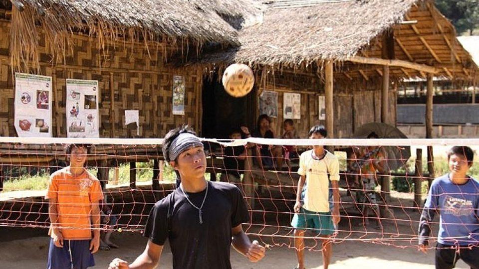 Barmské děti se v uprchlickém táboře baví po svém