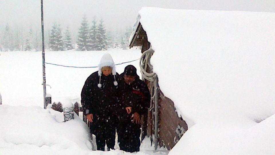 Markéta Kraiplová u zasněžené stáje pro kozy u Lesní boudy v Krkonoších