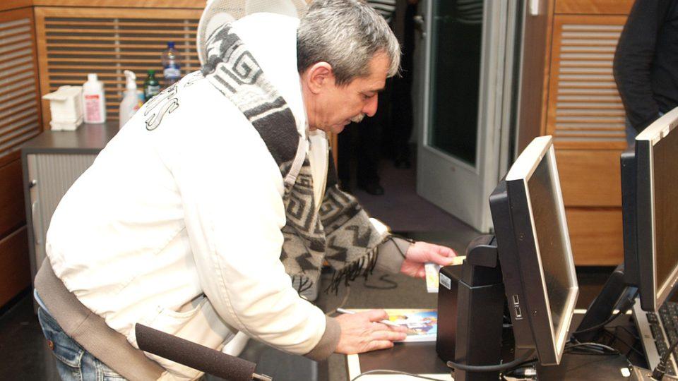 Pavel Dobeš rozdává autogramy