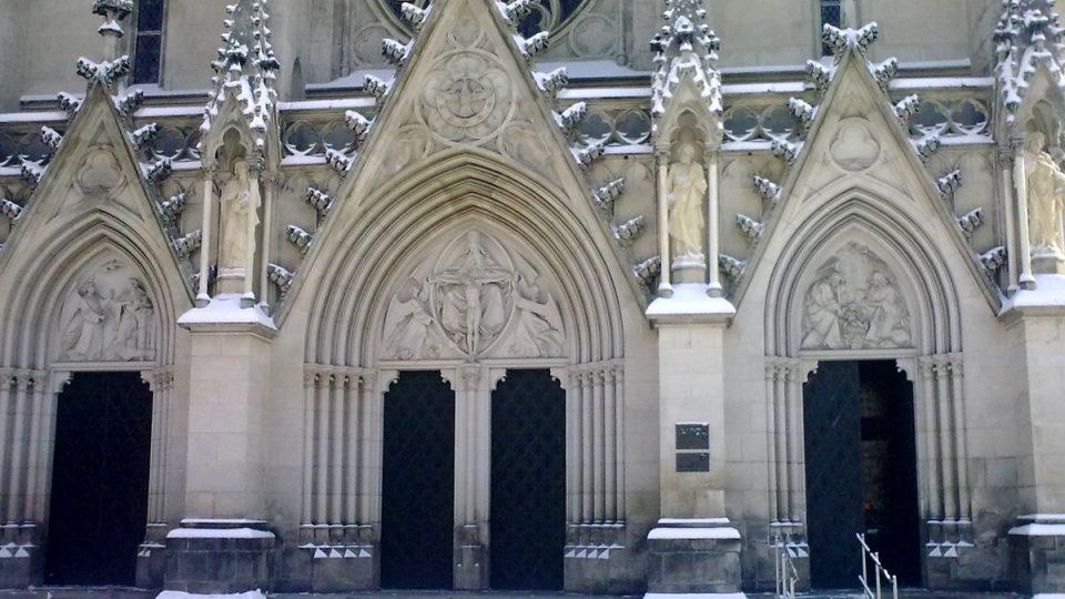 Mezi jednotlivými portály průčelí jsou na pilastrech pod baldachýny sochy čtyř evangelistů